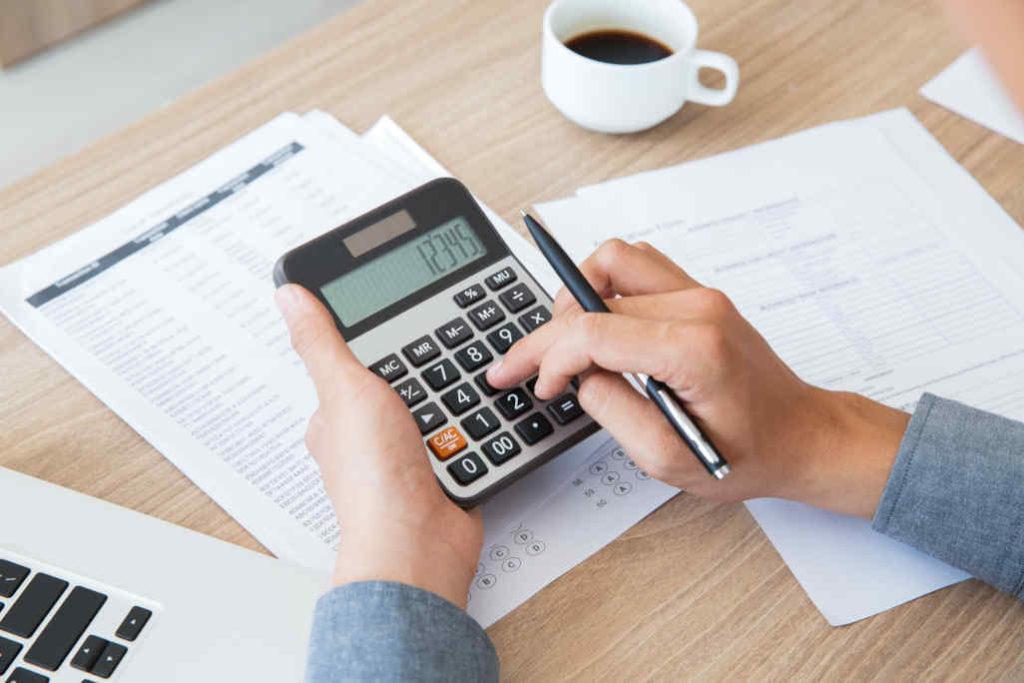 Persona utilizando una calculadora
