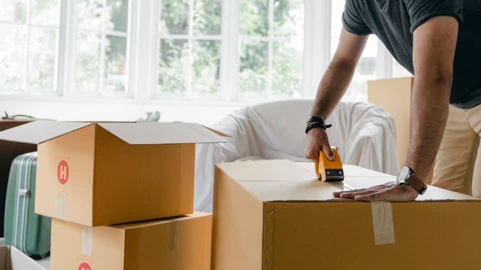 Cerrando cajas en mudanza