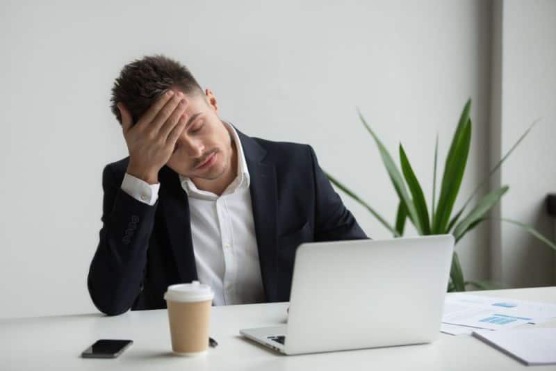 Trabajador con síndrome de burnout