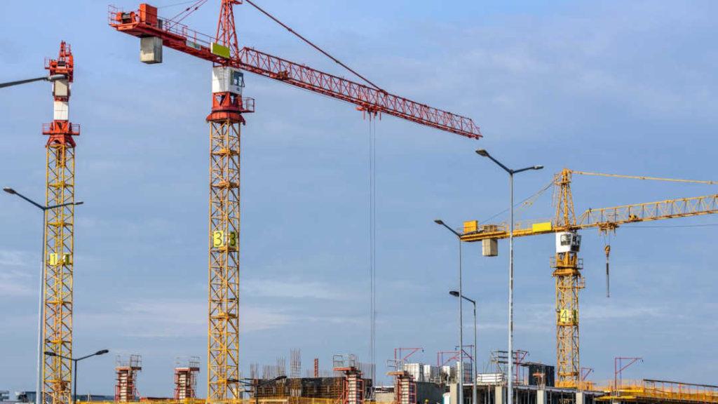 Gruísta en obra de construcción