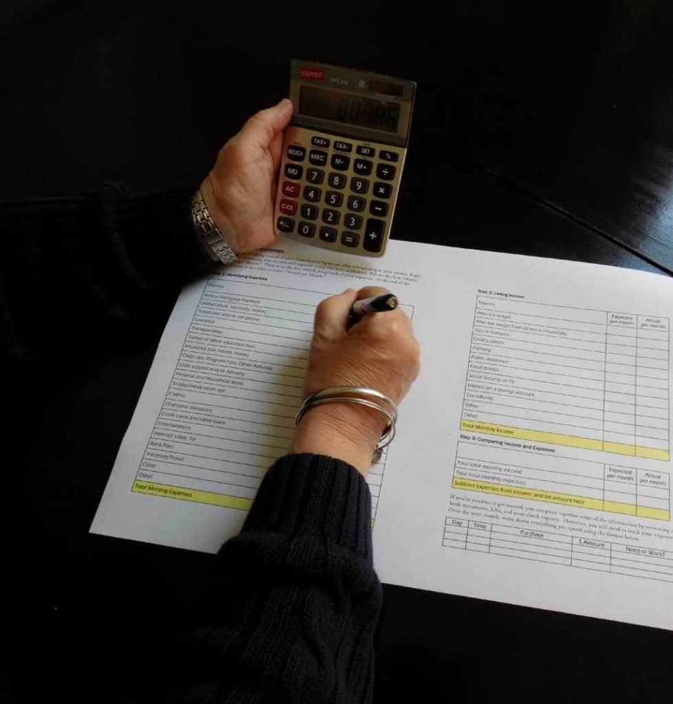 Persona rellenando documentos para solicitar la prestación por desempleo