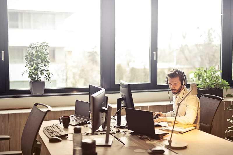 Hombre escuchando música mientras trabaja