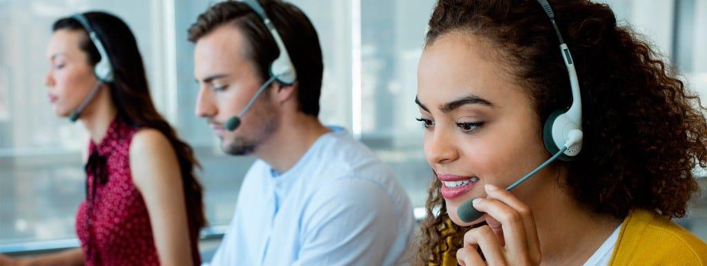 Teleoperadores trabajando en oficina